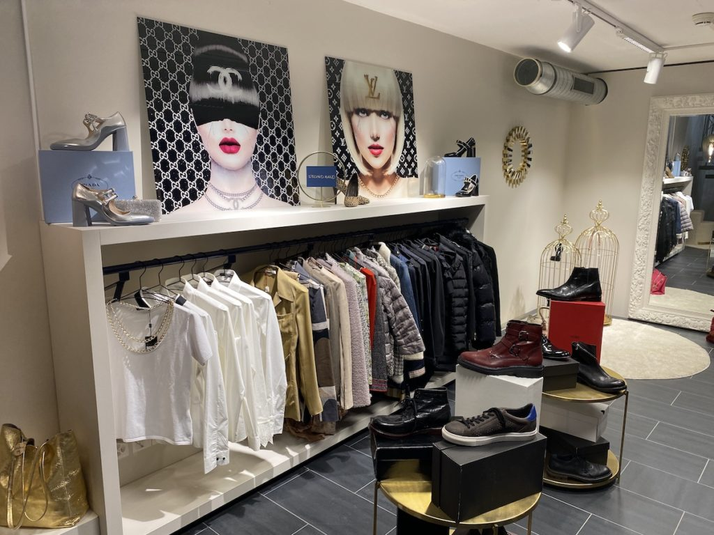 Secondhand Angebot im Untergeschoss bei Chamaeleon Mode Boutique Liestal. Lernen Sie kenne wie es funktioniert!